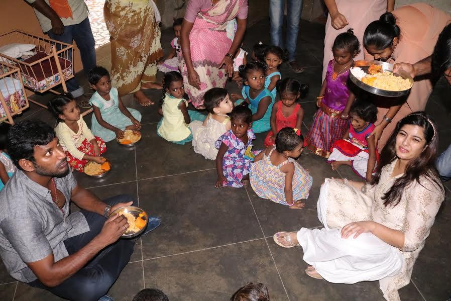 நடிகர் விஷால் பிறந்தநாளை முன்னிட்டு 20 – குழந்தைகளுக்கு தங்க மோதிரம் அணிவித்தார்
